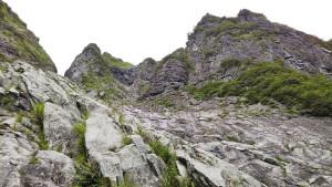 取付から右俣リンネ越しにV字状岩壁