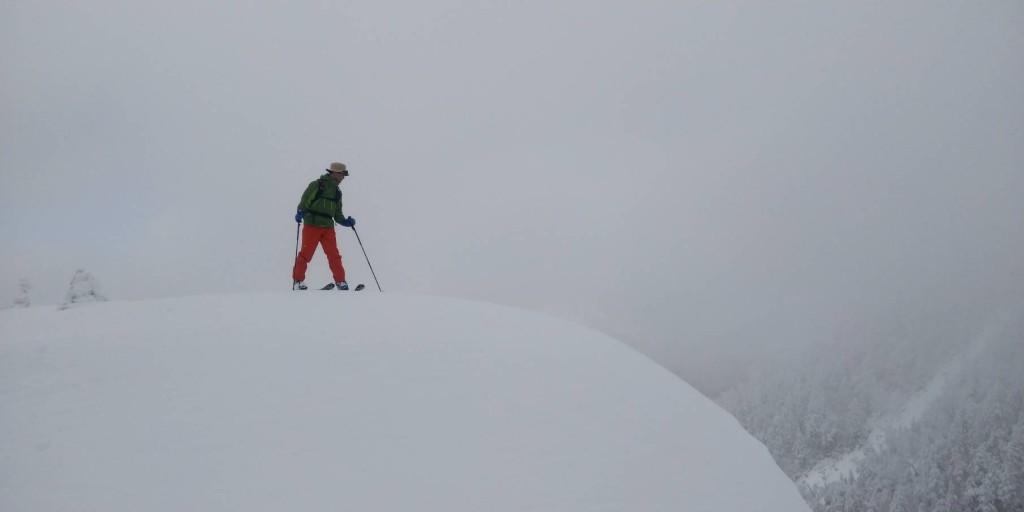 志賀山北肩から滑降斜面をのぞき込む