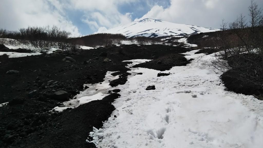 滑降終了点より山頂を見上げる