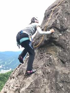 負欠岩を登るミッチー