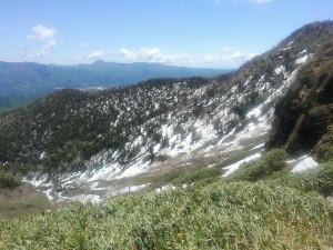 稜線登山道から西俣沢を見下ろす