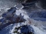 第二岩峰からリッジに出て、東稜を見下ろす