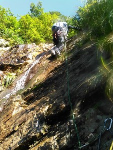 2段15m滝上段。ハーケンを2つM田さんが打って下さる。ホールド、スタンスは見た目通りにある。中間支点はどの滝にもなかった